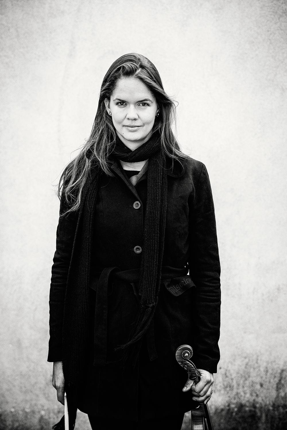 Publiciteitsfoto's voor violiste Loes Wiea Dooren