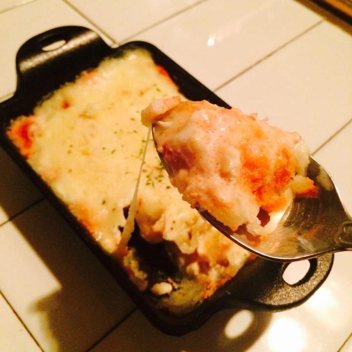 MAY '14 / discontinued 2014년 5월소울푸드 < 명란감자그라탕cod roe potato gratin with cheese > 크림우동을 사랑해주시는 여러분, 매니아 여러분을 위해 take31이 또 한번 일을 냈습니다. 여러 방향에서의 요리 연구 끝에 만들어낸 그라탕인데요. 이게 진짜 물건입니다. 두번째 그림 보시면 스푼 위에 불그스름한 것들이 보이죠? 이게 바로 명란이 얼마나 풍부하게 들어갔는지 보여주는 거에요. 감자와 치즈의 절묘한 조화에 명란으로 감칠맛까지 더해주니 이 어찌 대단한 메뉴가 아닐 수 있겠습니까? 명란감자 그라탕! 이런 신메뉴는 안 드셔보시면 좀 그라탕? ^^