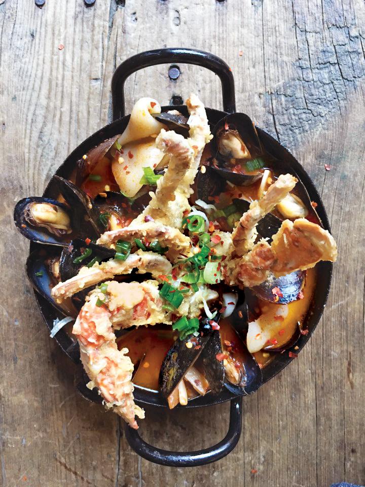 NOVEMBER '15 2015년 11월 소울푸드 < 수제비스튜Suzebi Stew $15.95 > 꽃게튀김을 올린 칼칼한 홍합 수제비탕
