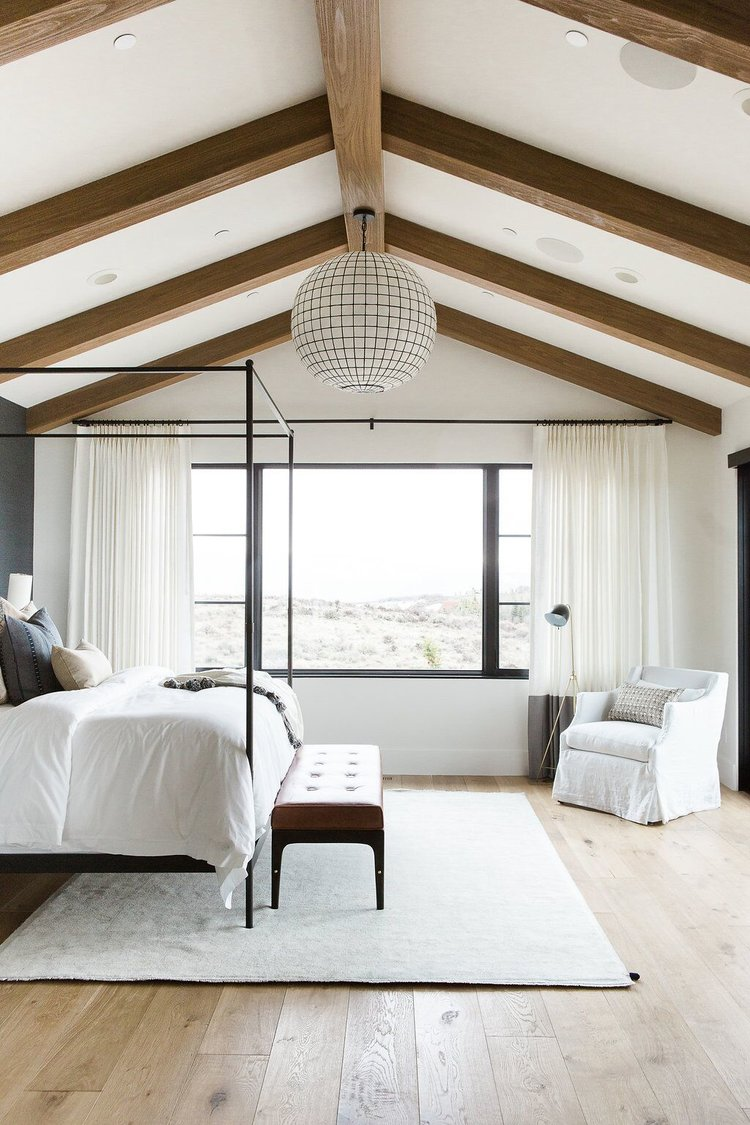 26Master+bedroom+in+blue+grasscloth+wallpaper,+statement+chandelier,+and+leather+bench.jpg