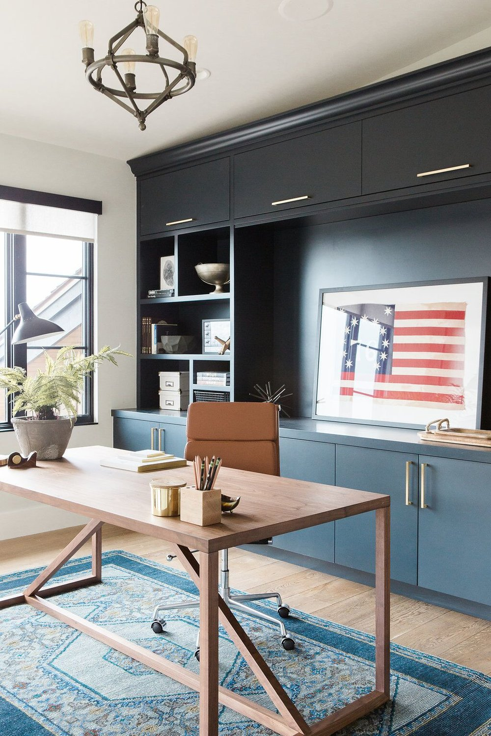 41Modern+office+with+open+shelving,+vintage+rug+and+dark+blue+cabinets.jpg