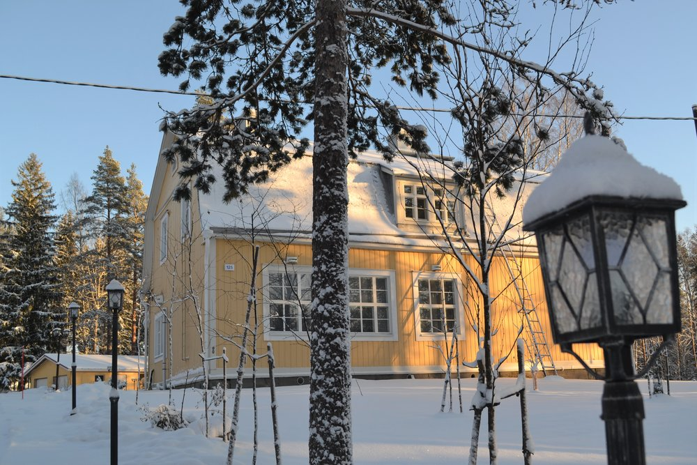 Talvikuva talosta valoisa.jpg