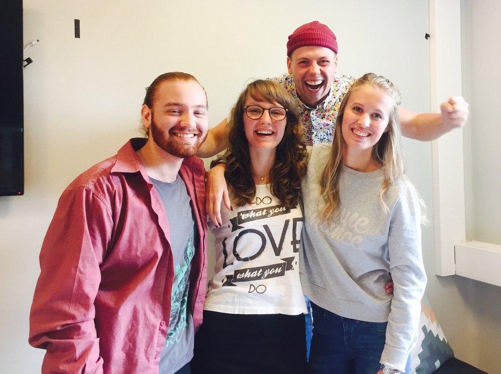 Josef (producent), Emanuel (tekniker), Kristina (talare) och Linnéa (coach) laddade inför en turné!