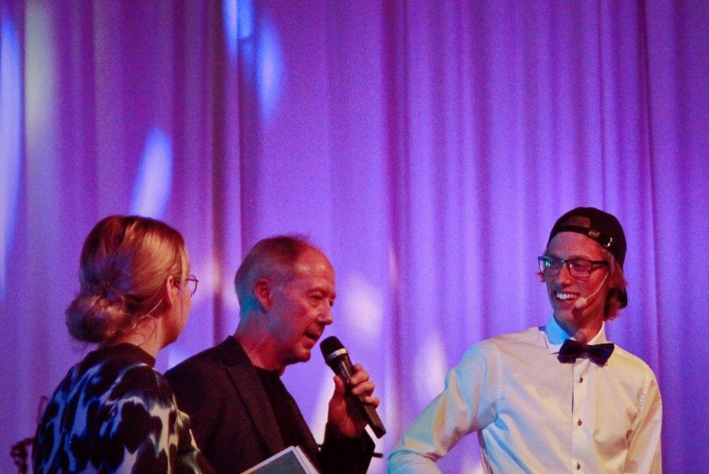 Emma Bergkvists pappa Lennart Jonsson, som själv genomfört många fysiska utmaningar för välgörenhet, intervjuades på scenen för att utmana NG-ledaren i springutmaningen.