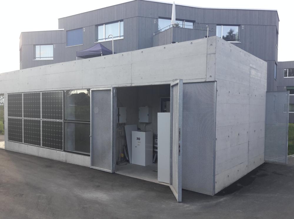 Bild: Technikhaus mit Wasserstofftanks (Stromspeicherung)