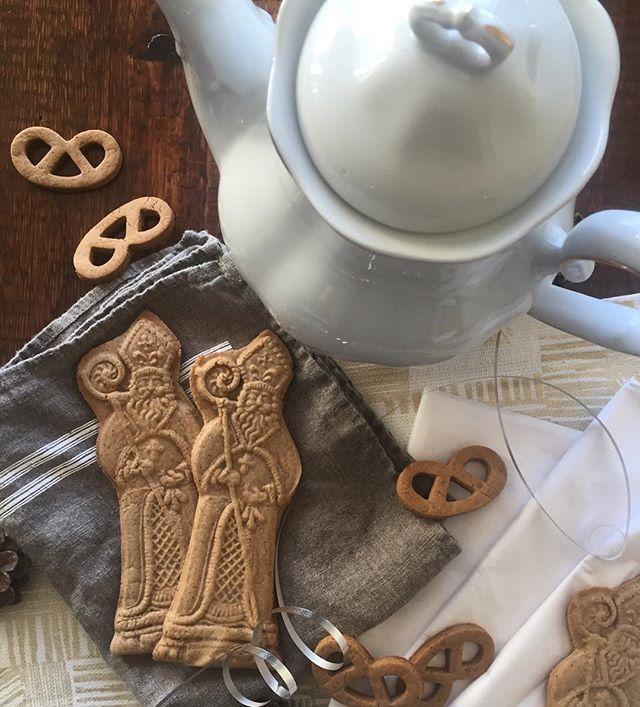 St. Nicholas is popular this week, I wonder why 😉 On sent que la St-Nicolas est à nos portes cette semaine, manque juste quelques flocons ❄️ #gingerbreadmagic #stnicolas #sinterklaas #christmas #cookies #gingerbread #storica