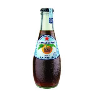 Chinotto   Le chinotto est le fruit d'une variété de brigadier, un petit arbuste originaire de Chine. Cet agrume à l'amertume caractéristique est utilisé dans la fabrication de différentes boissons et liqueurs italiennes. On en retrouve dans plusieurs types d' Amari , ces boissons amères composées d'agrumes, d'herbes et d'épices comme le Campari. On en retrouve aussi dans un soda de type Coca Cola lancé par la compagnie d'eau minérale San Pellegrino en 1932.