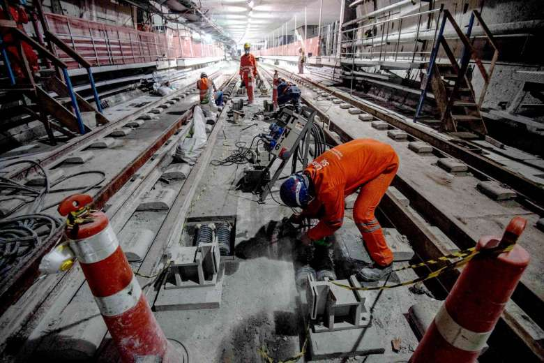 Crews have only a month to complete a long-delayed, $2.3-billion subway line projected to carry 300,000 tourists per day.