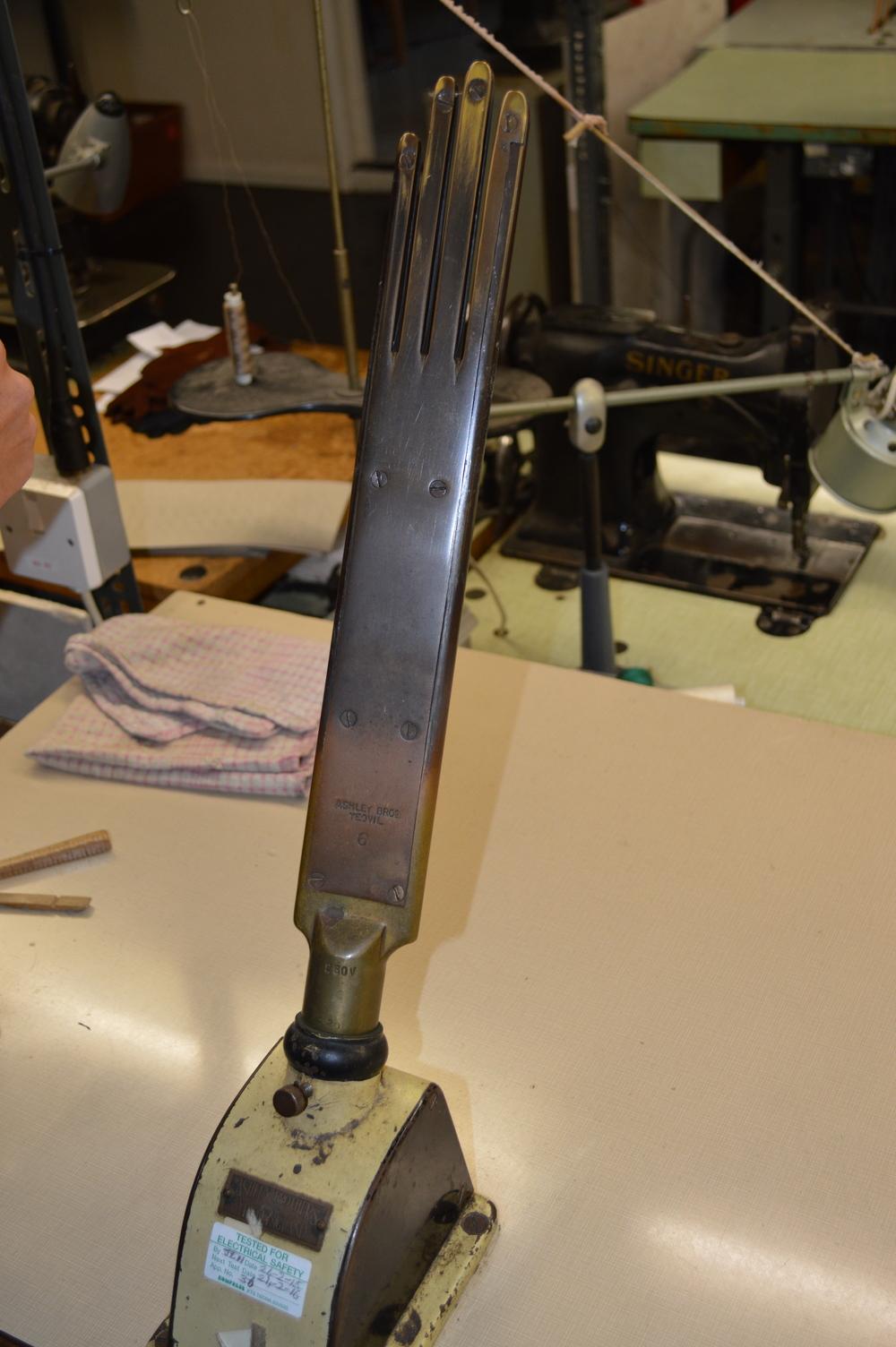 Glove iron