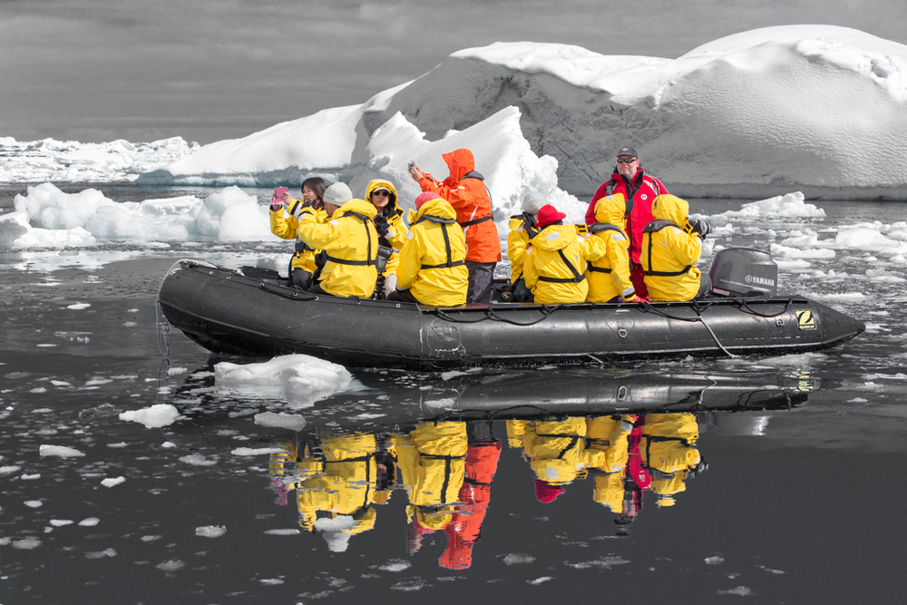 Black-White experiment: Zodiac Boat with mirror