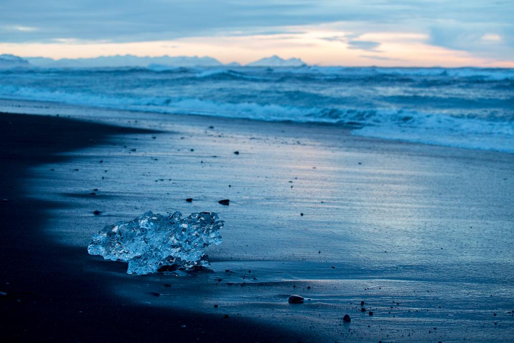 Huge waves in South Iceland