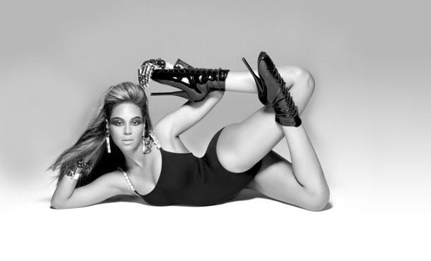 Beyonce's rocking the flashdance style.
