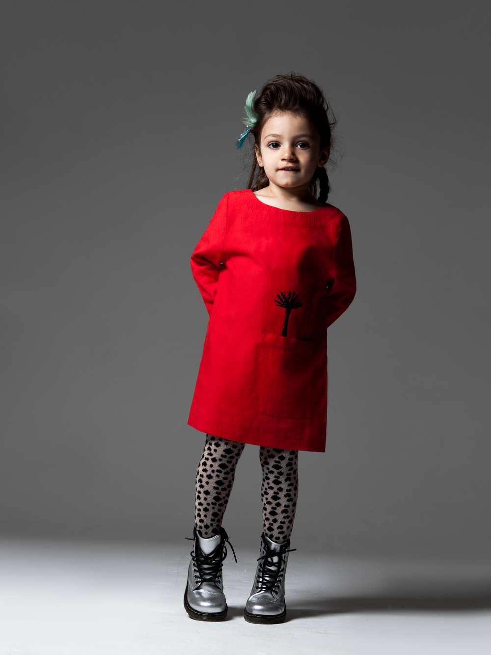 Noa: Nadadelazos dress with Popupshop stocking