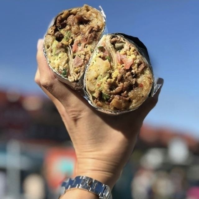 We made it to Friday! Celebrate by grabbing your favorite sisig lunch. Head to our website to see where we're at! (📷: @newsladyeats)