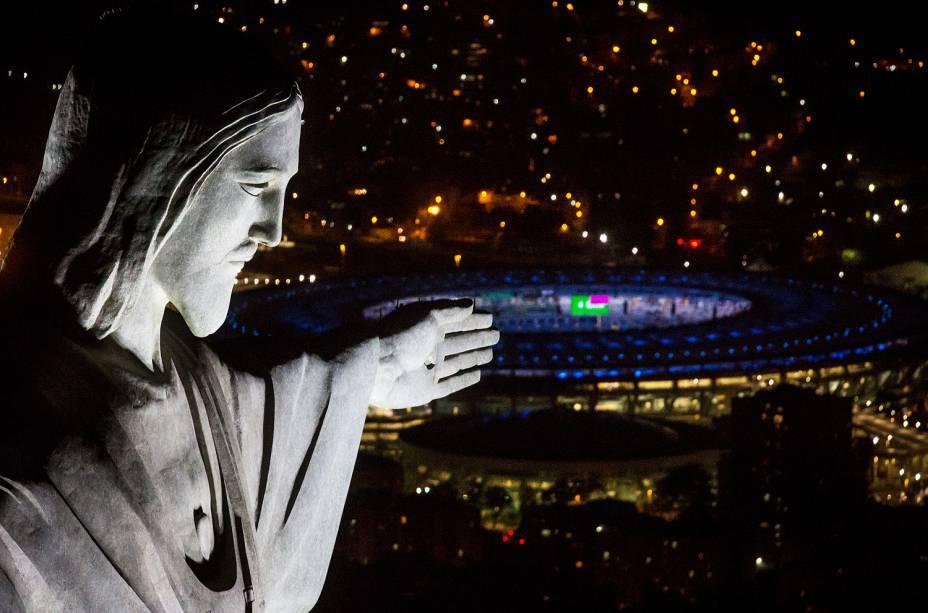 O Cristo com o Maracanã ao fundo!
