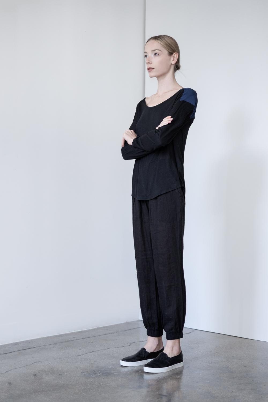LOOK 50   TOP:  2277 / Noir  - Scoop neck long sleeve T-shirt in silk & viscose.   BOTTOM:  2290 / Noir - Jogger pants in 100% Cotton woven dbl. layer gauze.