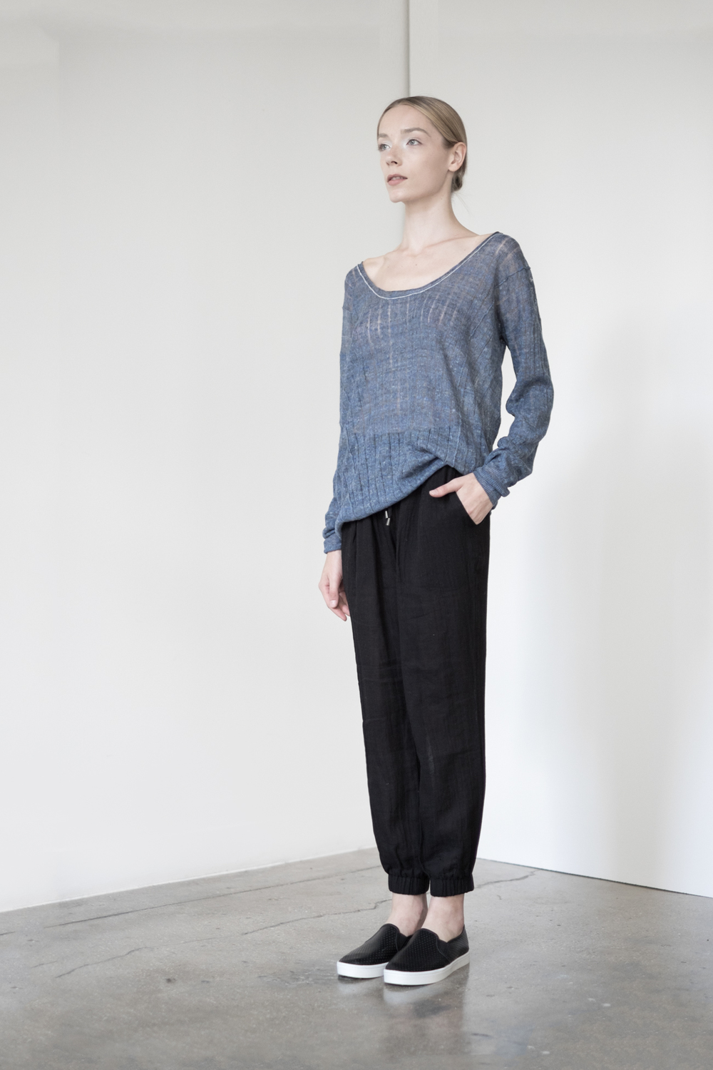 LOOK 42   TOP:   2230  / Denim   -    Scoop neck long sleeve, in fine gauge Italian linen neps.   BOTTOM:   2290  / Noir  -   Jogger pants in 100% Cotton woven dbl. layer gauze.