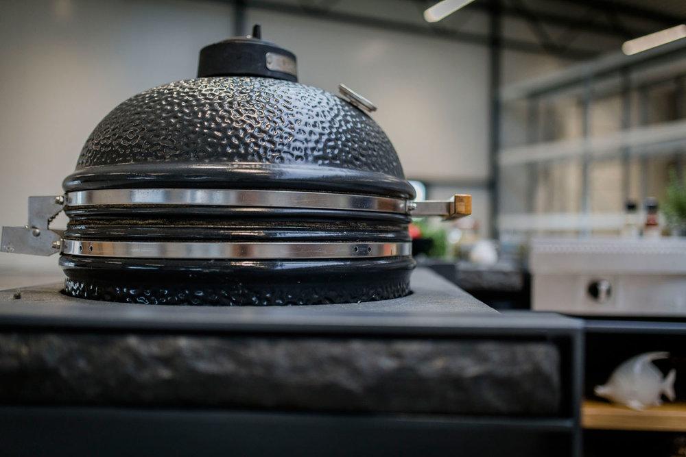 Oehler-Outdoor-kitchen-zeit-ist-luxus-granitoberflaechen-outdoorkuechenelemente-vielfalt-6.jpg
