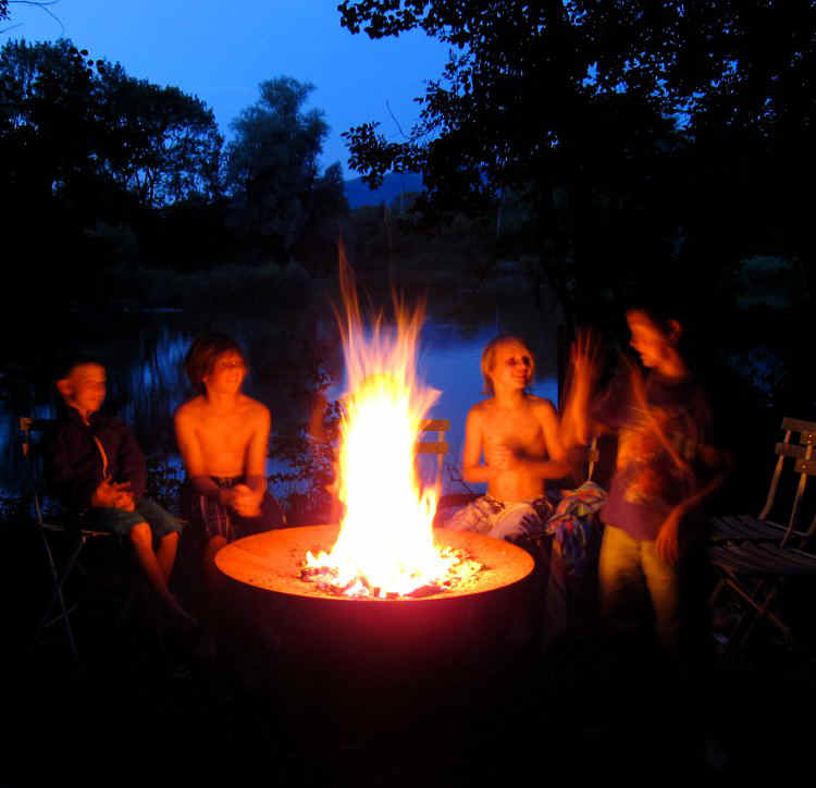 YAGOONA-Feuerschale-firepit-kids around the fire.jpg