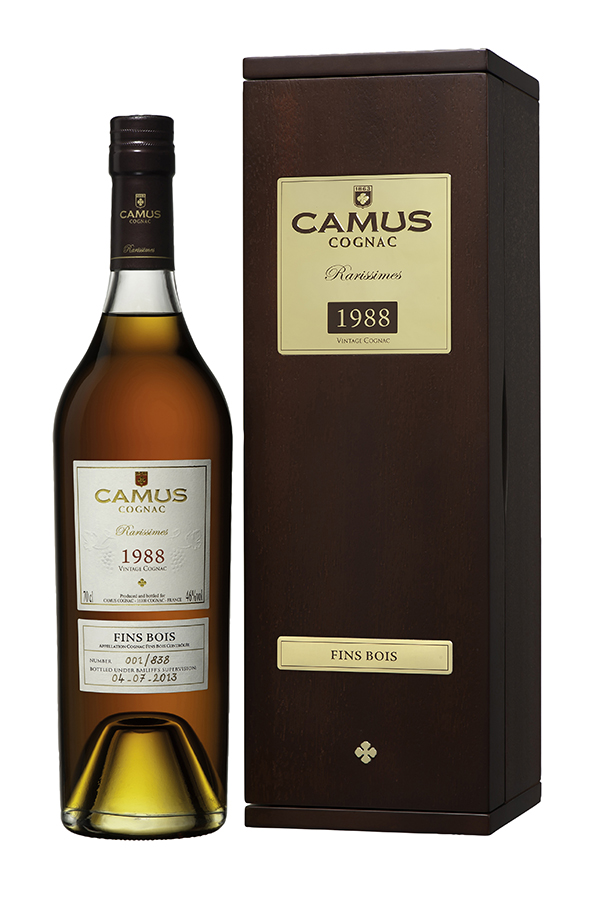 This CAMUS 1988 Fins Bois boasts considerable elegance and restraint. Despite difficult weather conditions with a late flowering period, mainly due to the wet winter with its incessant rain, the grapes reached sufficient ripeness and complexity resulting in a sensory Cognac, ideal for a moment of pure contemplation. The magical moment of tasting calls on all the senses to savour its delicious aromas of spring herbs, fruits and flowers, wild honey, spices and precious wood. With this Fins Bois Cognac, all the character provided by distillation exclusively in stills of 2,500 liters enhances the intense lemony and floral freshness of wines that have undergone batonnage (stirring of the lees). Aromas of grape, blackcurrant and redcurrant mingle together in perfect harmony. Caramel, honey and a few woody notes emerge, witha note of caramelized pear.