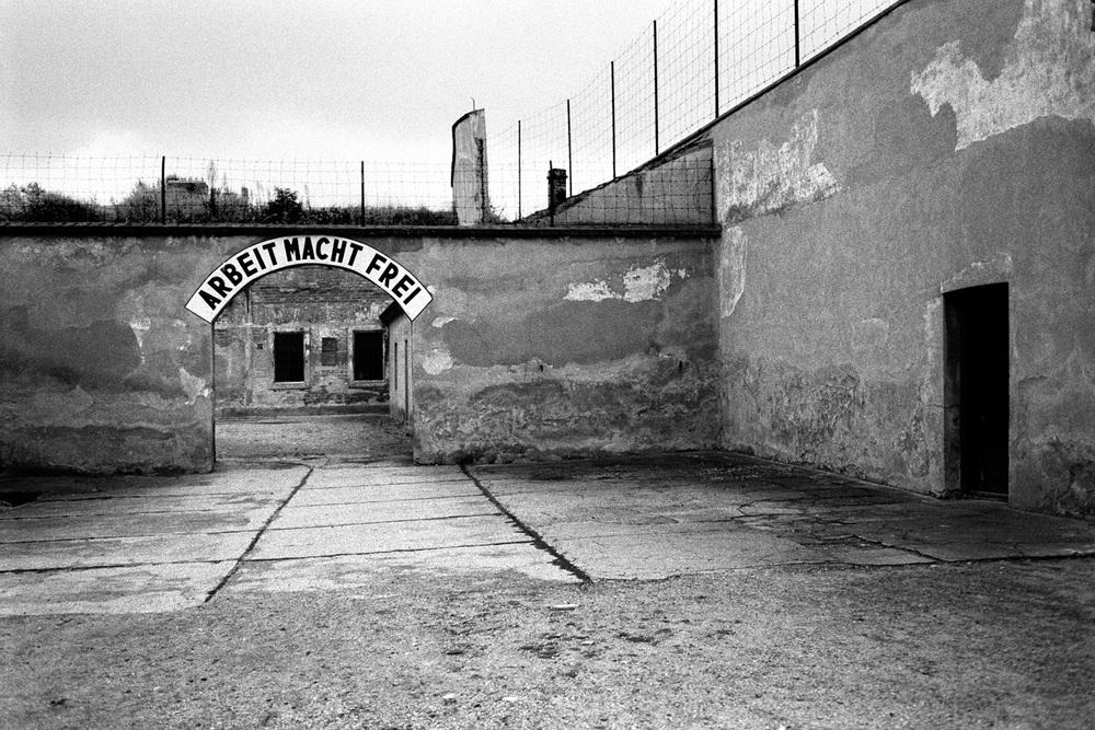 02-Arbeit-Mach-Frei-Theresienstadt-Czech.jpg