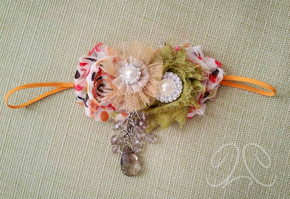This skinny elastic headband with fall colors is perfect for the upcoming Thanksgiving and Halloween months!
