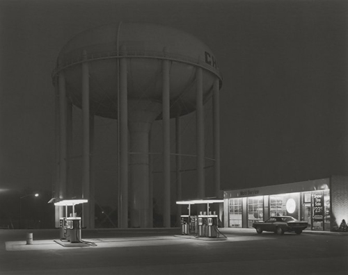 © George Tice. Petit Mobil Station, Cherry Hill, New Jersey, 1974.