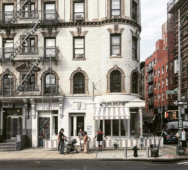 👀cute building corner . . . . . #nyc #monday #architecture #soho #littleitaly #nolita #seamores #streetphotography