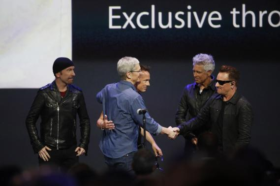 The Edge, Tim Cook, Larry Mullen Jr, Adam Clayton and Bono at the iPhone 6 and Apple Watch launch in San Francisco (Pic from 1clicknews.com)