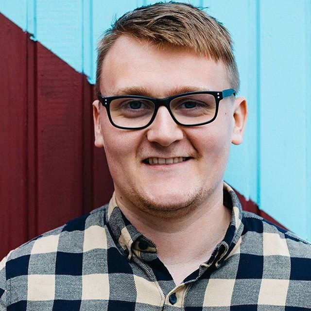 Meet the Team Monday! 😁  Kieran - Journalism (BA Hons) & studying for Marketing (MSc)  Work: Social Media. Copywriting. Client Support. Admin.  Play: Bass Guitar. Friends. Football. Vinyl Records. Running. Indie Rock.  Meet the rest of the team:  www.socialwetalk.com/about-1 . . . 📷 @ethanjyap 🙌 . . #socialwetalk #sheffield #sheffieldissuper #igiers #portrait #team #teampic #design #agency #yorkshire #cornwall #logo #video #web #socialmedia #music #picoftheday #photopftheday