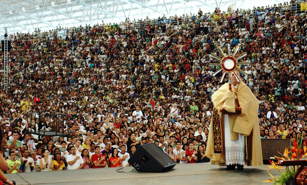 largecrowd jesus eucharist.jpg