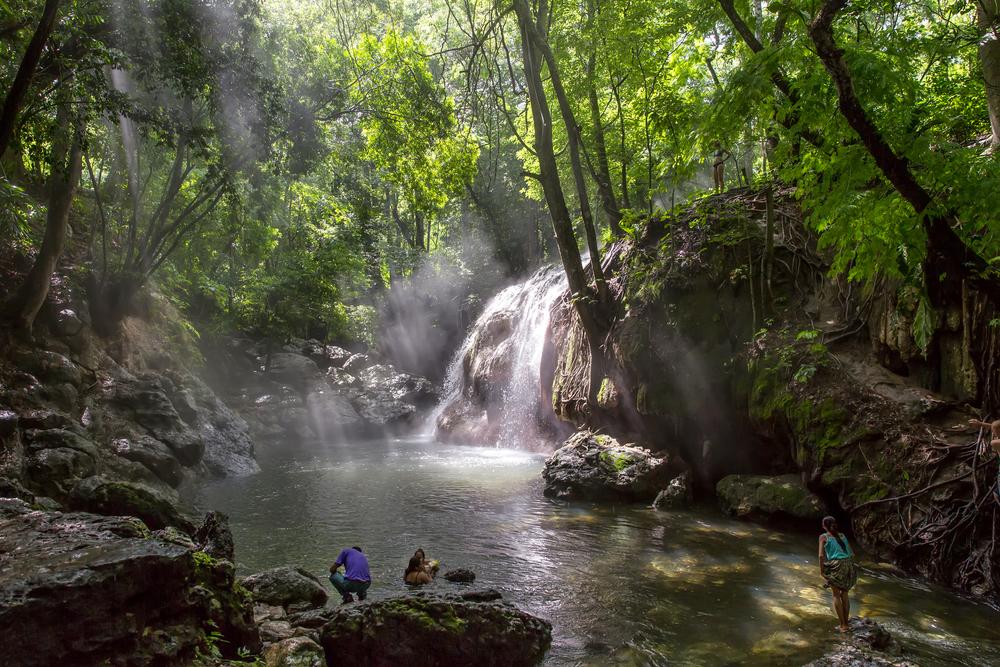Finca Paraiso, en godt gjemt foss med glovarmt vann fra en underjordisk kilde i Guatemala.