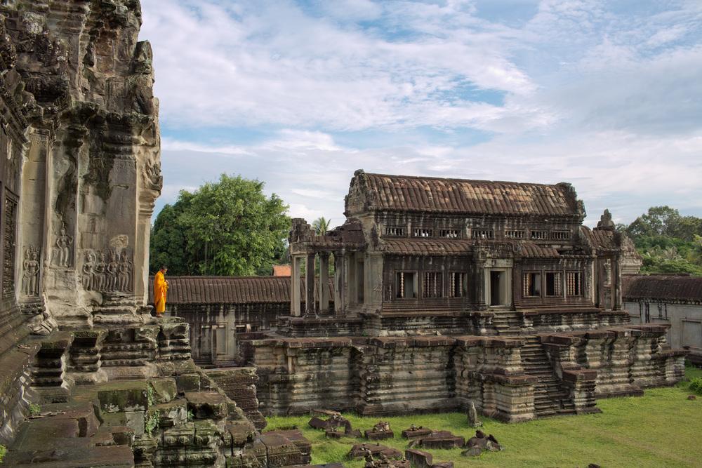 En monk ser ut over Angkor Wat, Kambodsja