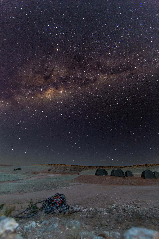 En stjerneklar natt over teltleiren vår i Sossusvlei, Namibia