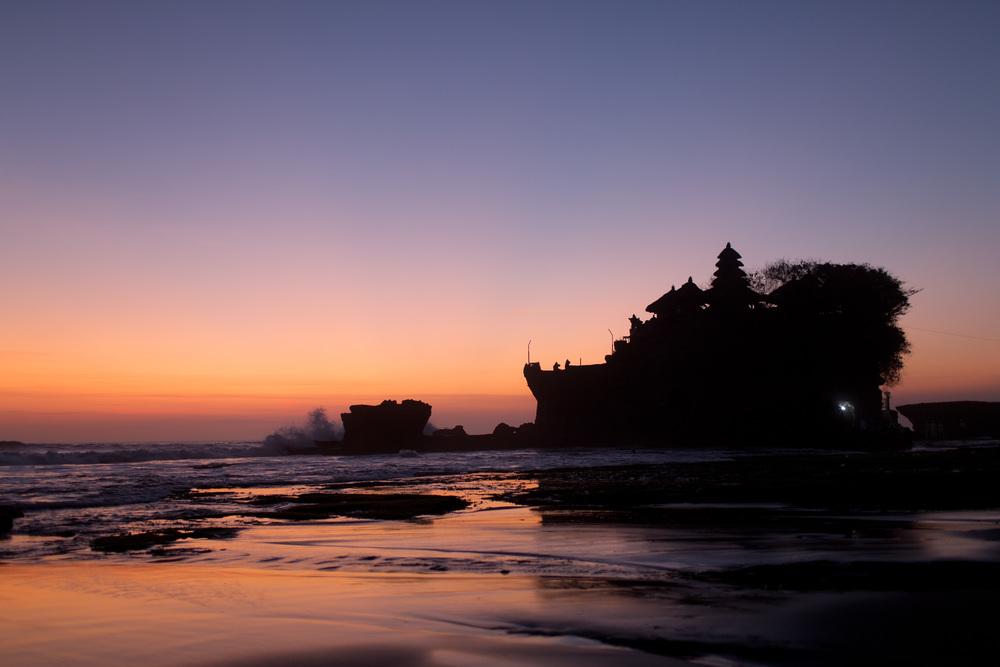Tanah Lot tempelet ved solnedgang. Bali, Indonesia