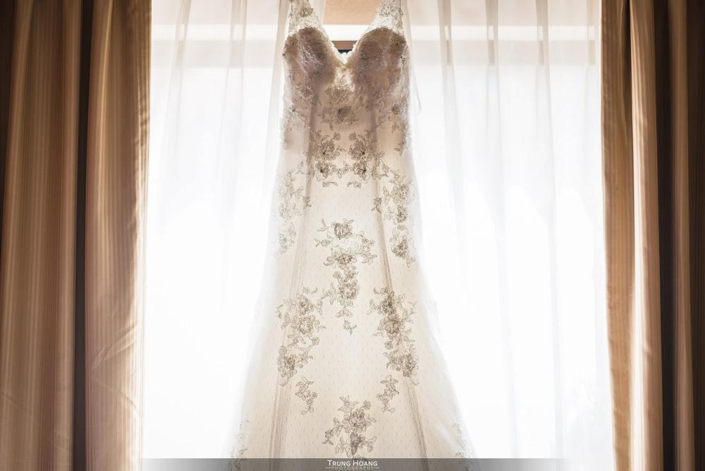 04-Wedding-Dress-in-Window.jpg