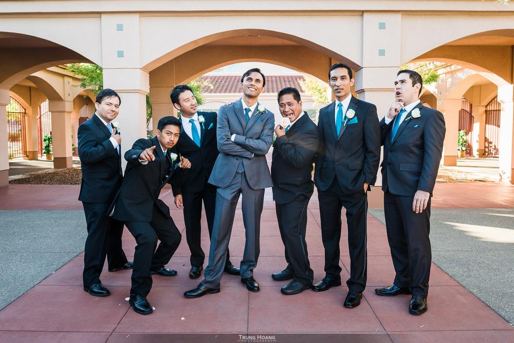 29-fun-groom-with-groomsmen.jpg