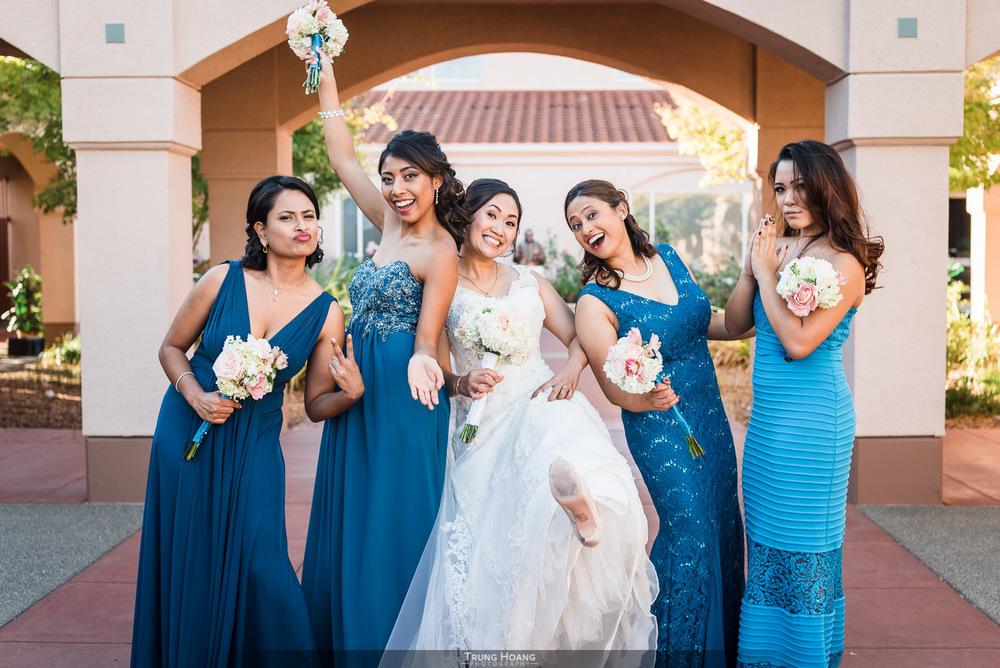 30-fun-bride-with-bridesmaids.jpg