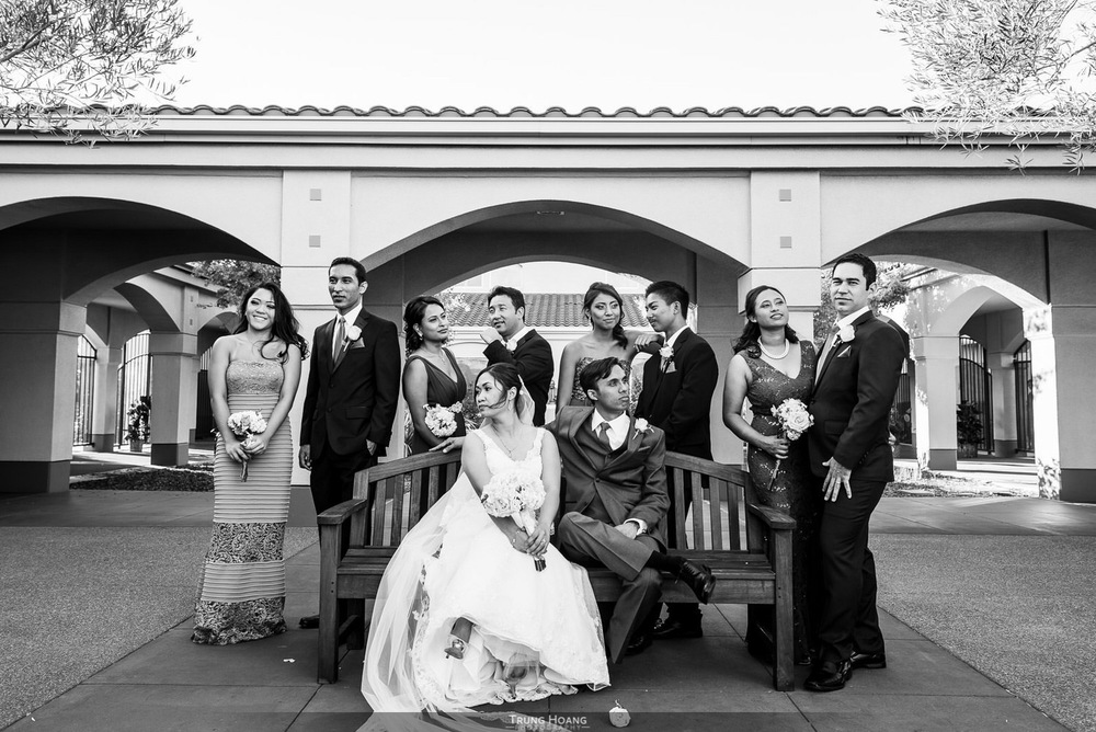 31-relaxed-wedding-party-photo.jpg