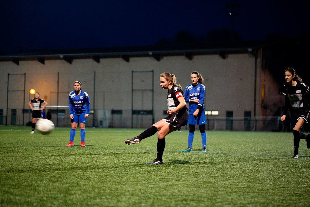 Amateur girl soccer team, Le Monde