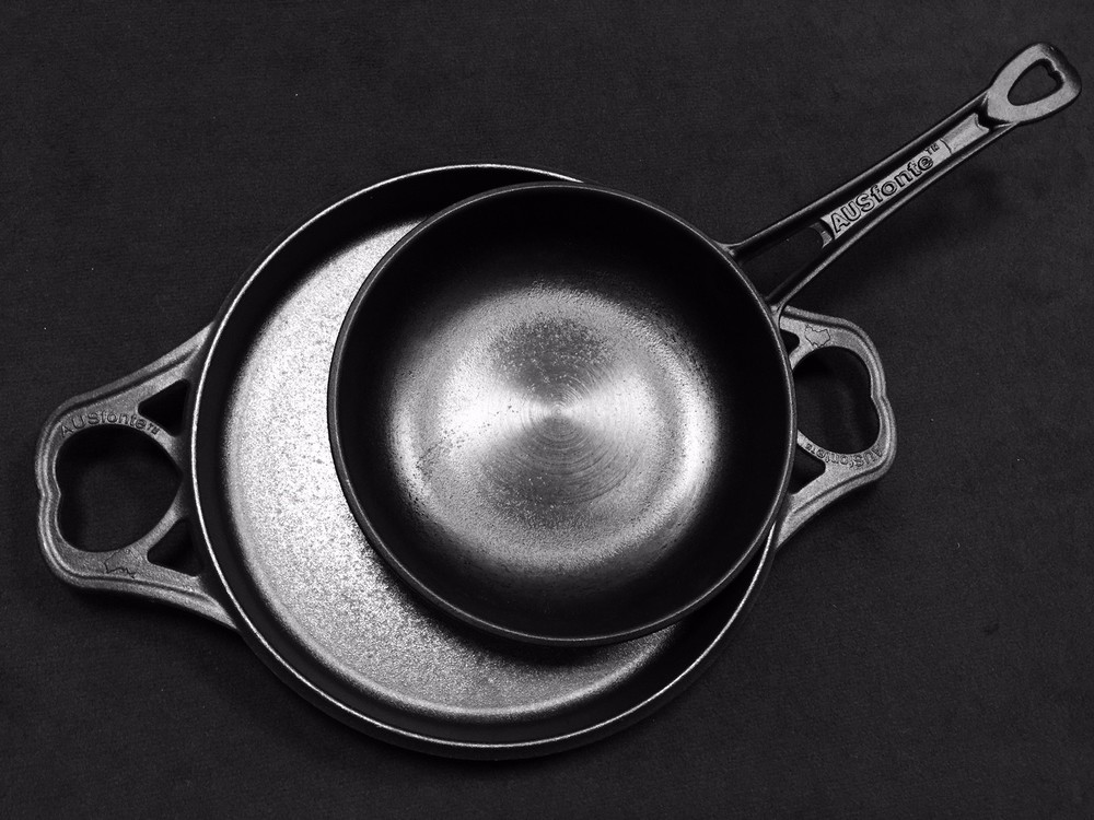 The AUSfonte 24cm Sauteuse on the new 32cm BIGskillet shows the huge size difference. It's a whole lotta food love!