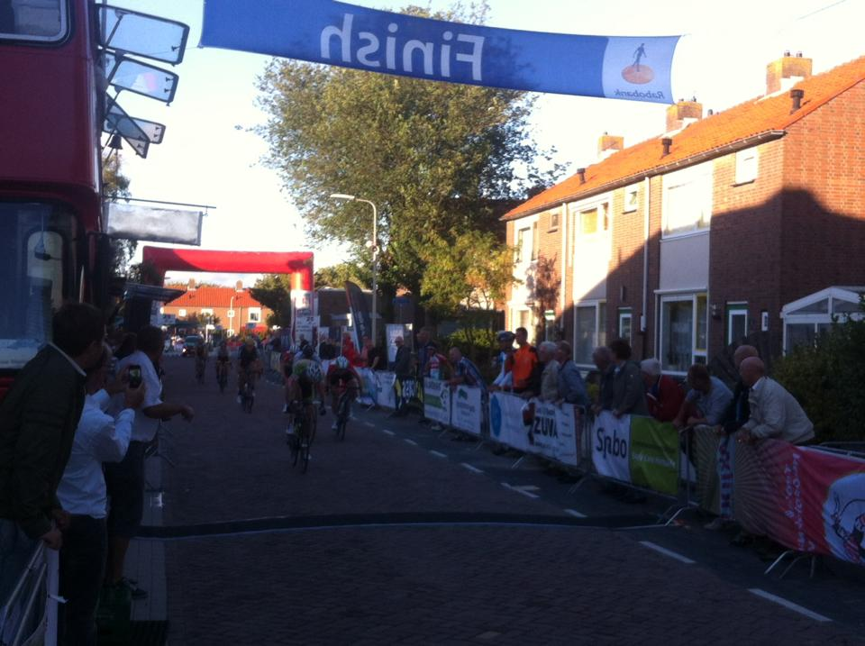 lars van der vall wint de 62e wielerronde van maasdijk, voor 's-gravenzander jason van dalen en mitchell huenders