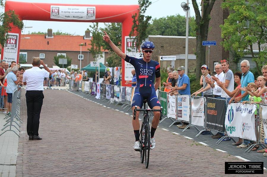 julius van den berg, entertainer en beul in één, wint de 63e ronde van Maasdijk