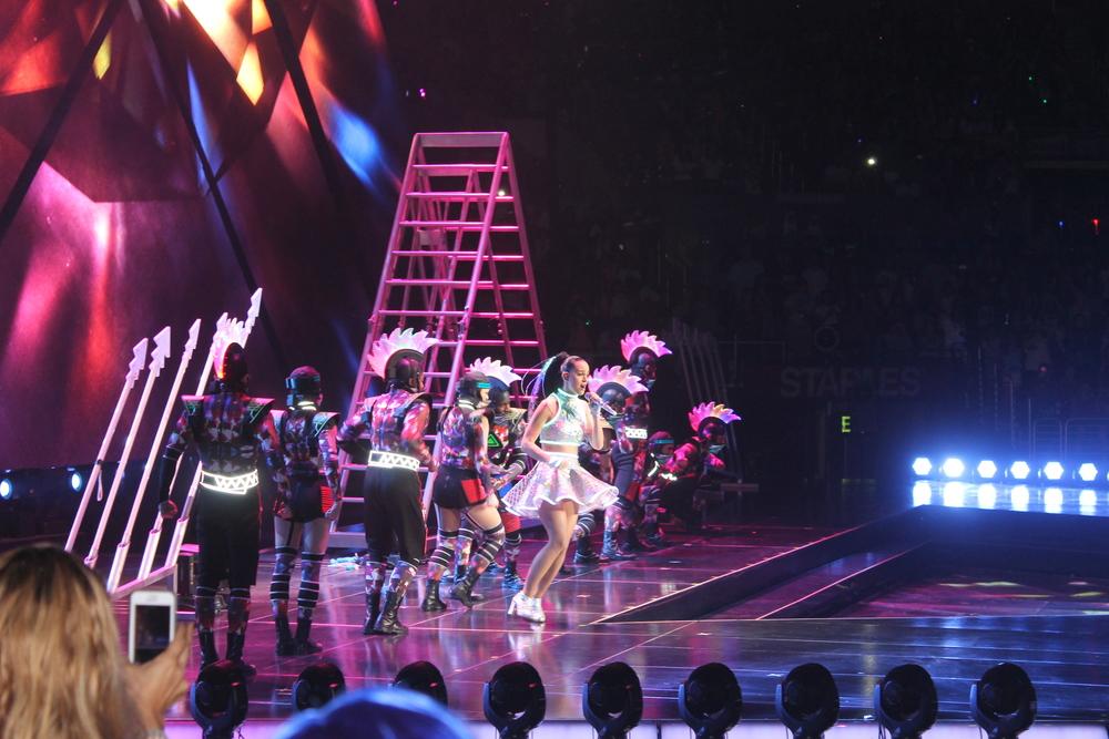 Aquí podemos ver a Katy con el mismo Outfit que uso para tomarse las fotos con nosotras, el espectáculo comenzó con muchísima energía y se volvió mejor y mejor en conforme fue pasando el tiempo.
