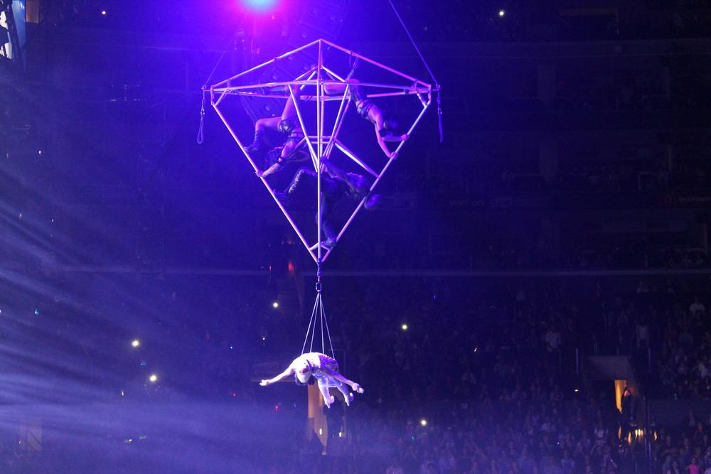 ET fue una de mis canciones favoritas de la noche, ella hizo un acto aereo espectacular!