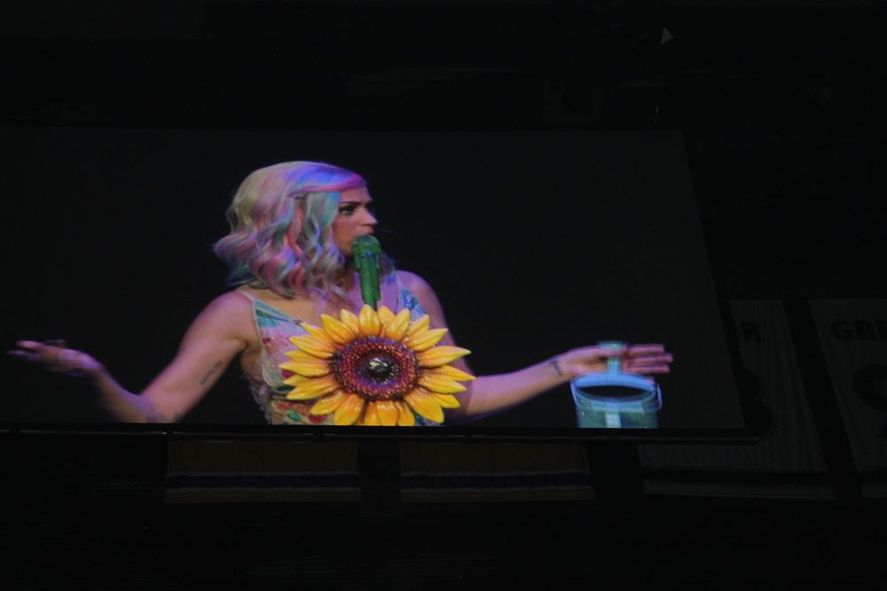 Luego, para las canciones mas romanticas, Katy tenia su cabello de color arcoiris!