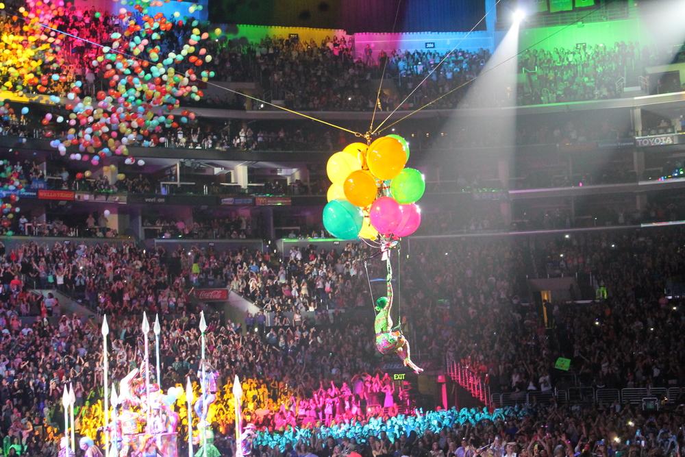 Volo por el estadio con sus globos para acercarse a todos sus fans.