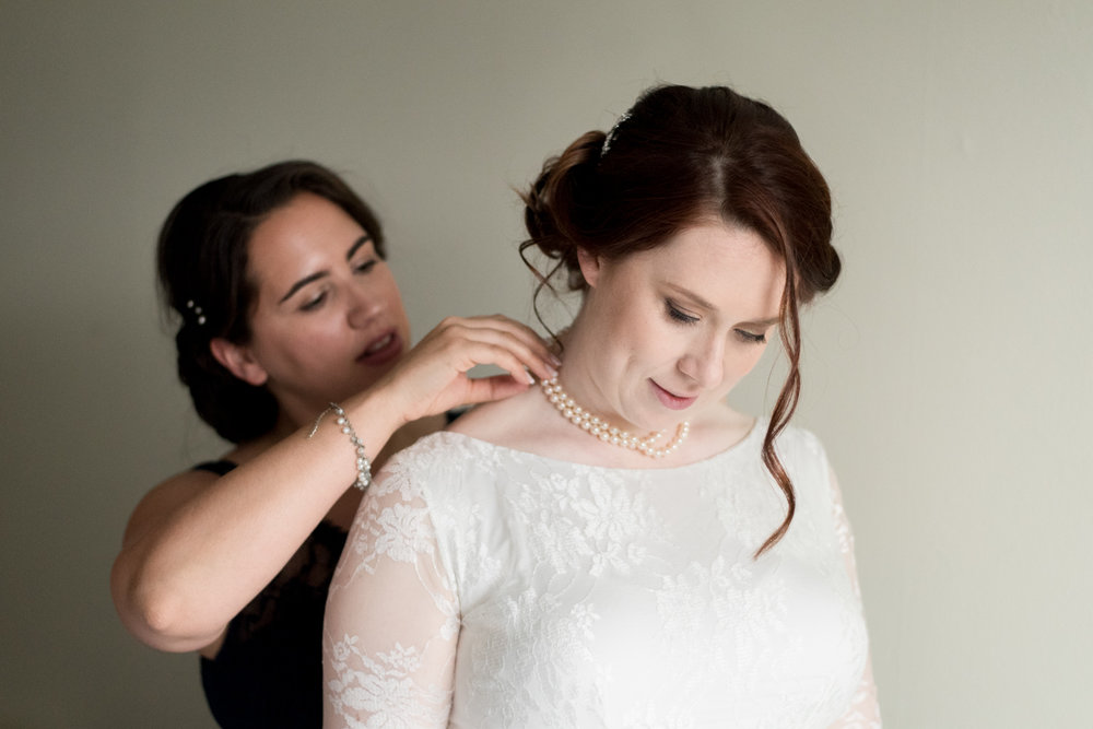 documentary-wedding-photographer-bride-getting-ready-001