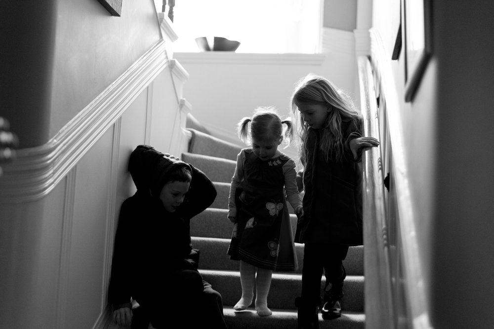 Family Photo Shoot In Dunfermline - kids explore the stairs_01