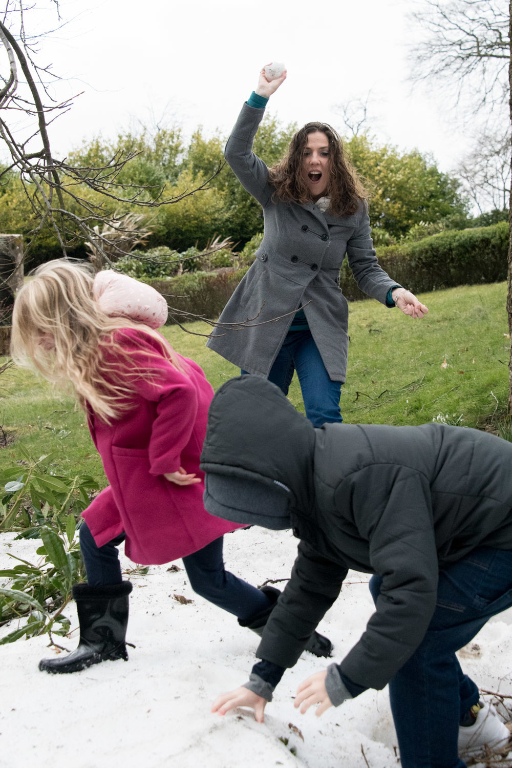 Family Photo Shoot In Dunfermline - snowball fight 03